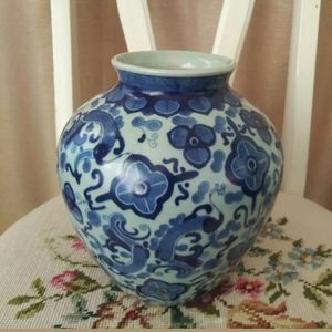 Blue and White Asian Oriental Chinoiserie vase jar